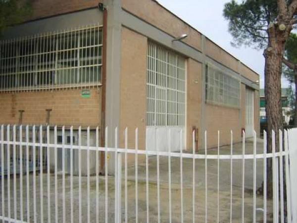 Capannone in affitto a Mosciano Sant'Angelo, 2 locali, prezzo € 550 | CambioCasa.it