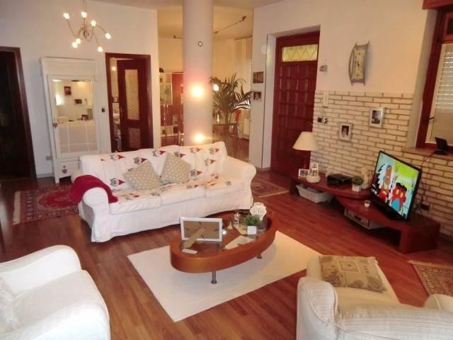 Villa in vendita a Asti, 6 locali, prezzo € 300.000 | CambioCasa.it