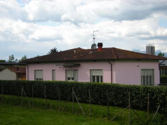 Villa in affitto a Lucca, 9999 locali, prezzo € 1.200 | CambioCasa.it