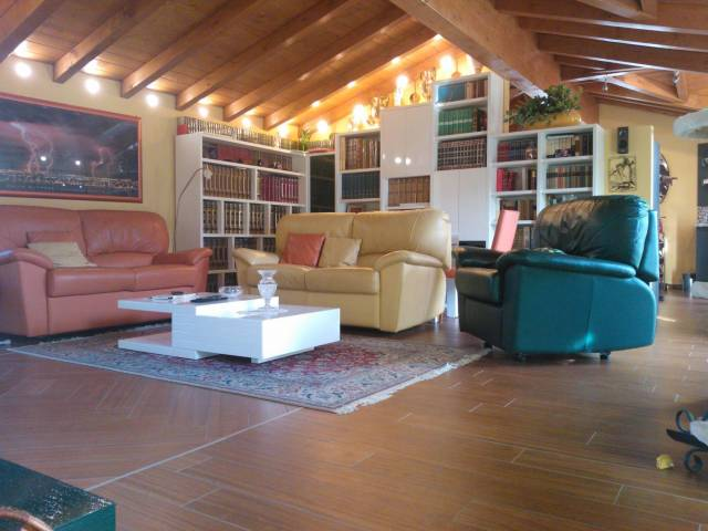 Attico / Mansarda in affitto a Lavena Ponte Tresa, 3 locali, prezzo € 1.000 | CambioCasa.it