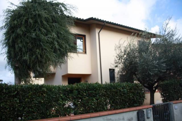 Villa in affitto a Lucca, 9999 locali, prezzo € 900 | CambioCasa.it