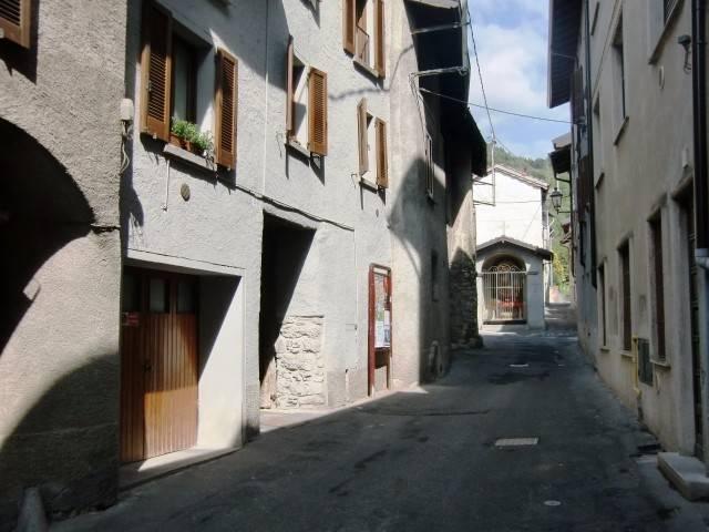 Appartamento in vendita a Canzo, 5 locali, prezzo € 159.000   CambioCasa.it
