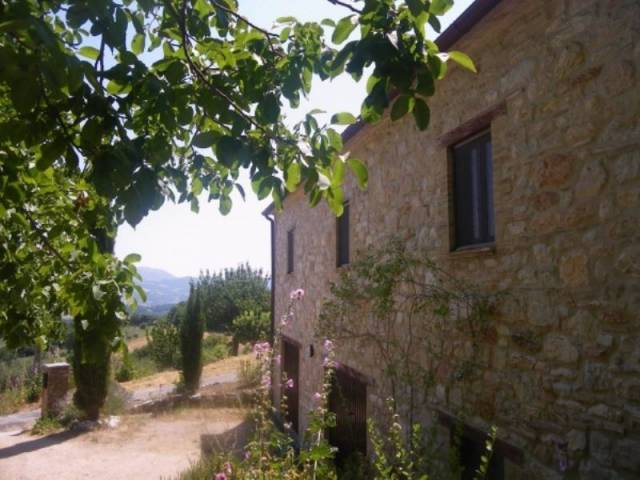 Rustico / Casale in vendita a Pioraco, 6 locali, prezzo € 190.000 | CambioCasa.it