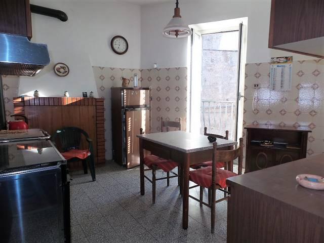 Appartamento in vendita a Caprarola, 4 locali, prezzo € 58.000 | CambioCasa.it