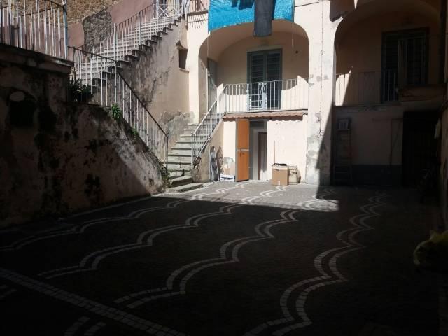 Palazzo / Stabile in vendita a Frattamaggiore, 6 locali, prezzo € 350.000 | CambioCasa.it