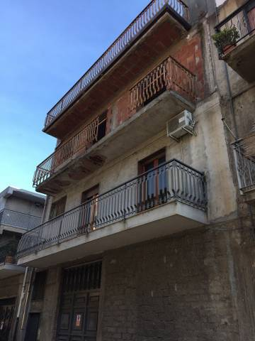 Palazzo / Stabile in vendita a Paternò, 6 locali, prezzo € 245.000 | CambioCasa.it