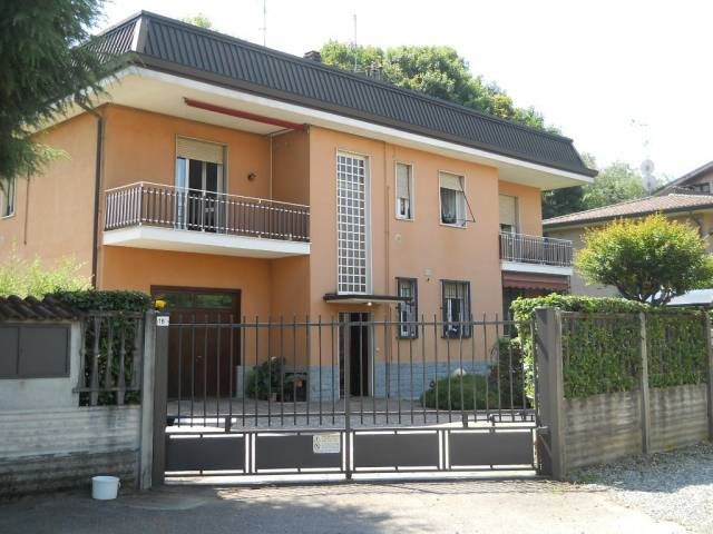 Appartamento in vendita a Verano Brianza, 4 locali, prezzo € 148.000 | CambioCasa.it