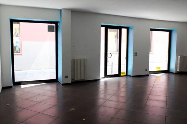 Negozio / Locale in affitto a Alba, 2 locali, prezzo € 900 | CambioCasa.it