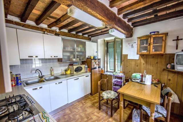 Soluzione Indipendente in vendita a Pescia, 6 locali, prezzo € 178.000 | CambioCasa.it