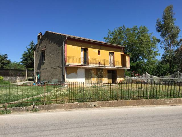 Villa in vendita a Baia e Latina, 6 locali, prezzo € 68.000 | CambioCasa.it