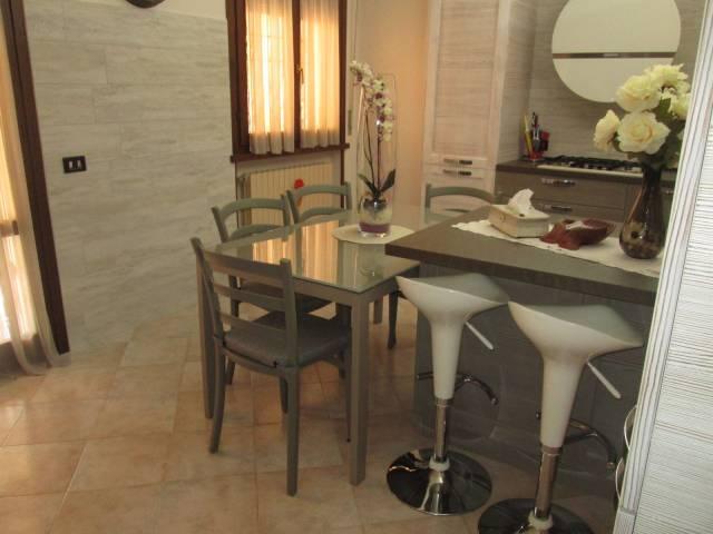 Appartamento in vendita a Roverbella, 5 locali, prezzo € 120.000 | CambioCasa.it