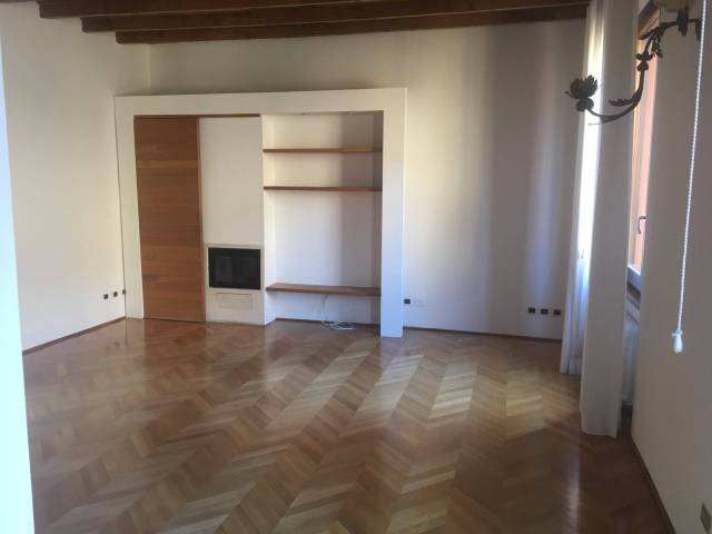 Appartamento in affitto a Bologna, 4 locali, zona Zona: 1 . Centro Storico, prezzo € 1.400   CambioCasa.it