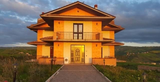 Villa in vendita a Carife, 6 locali, prezzo € 249.000   CambioCasa.it