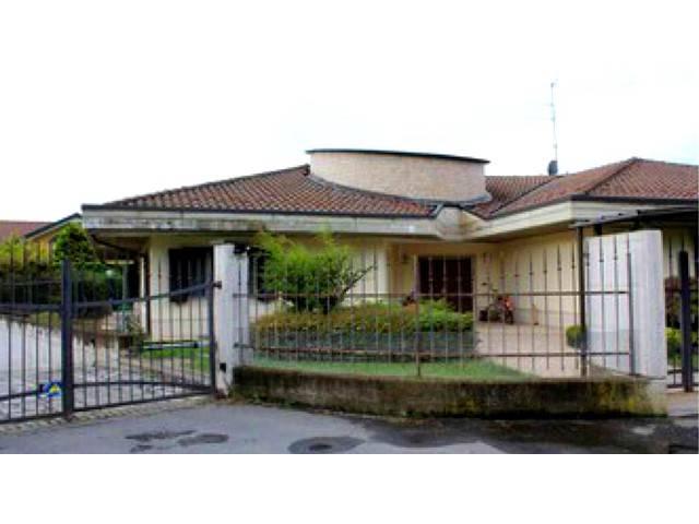 Villa in Vendita a Valenza