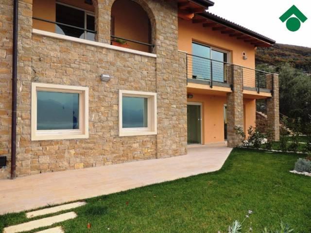 Appartamento in vendita a Brenzone, 3 locali, prezzo € 398.000 | CambioCasa.it