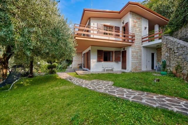 Villa in vendita a Brenzone, 6 locali, prezzo € 690.000 | CambioCasa.it