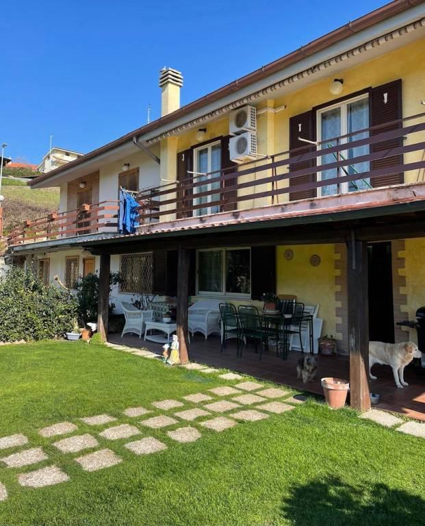 Villa in vendita a Castelnuovo di Porto, 5 locali, prezzo € 250.000 | CambioCasa.it