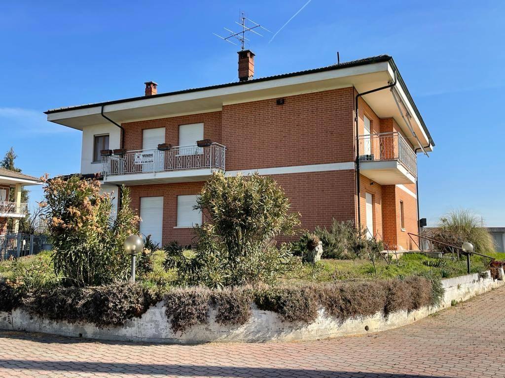 Villa in vendita a Caramagna Piemonte, 9 locali, prezzo € 215.000 | CambioCasa.it