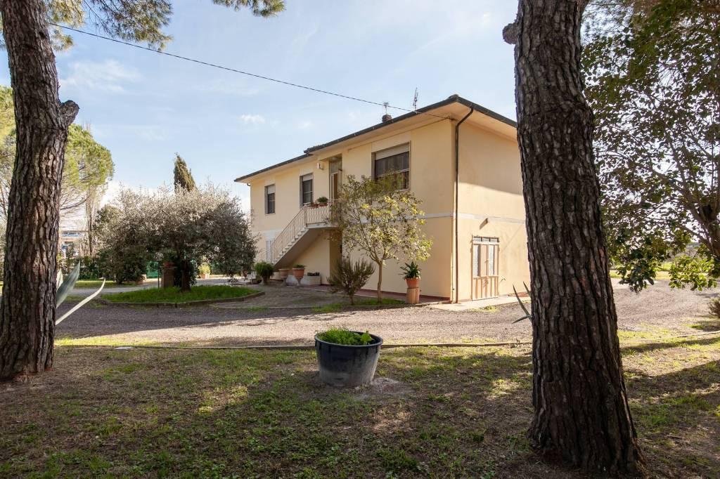 Villa in Vendita a Pontedera Centro: 5 locali, 350 mq