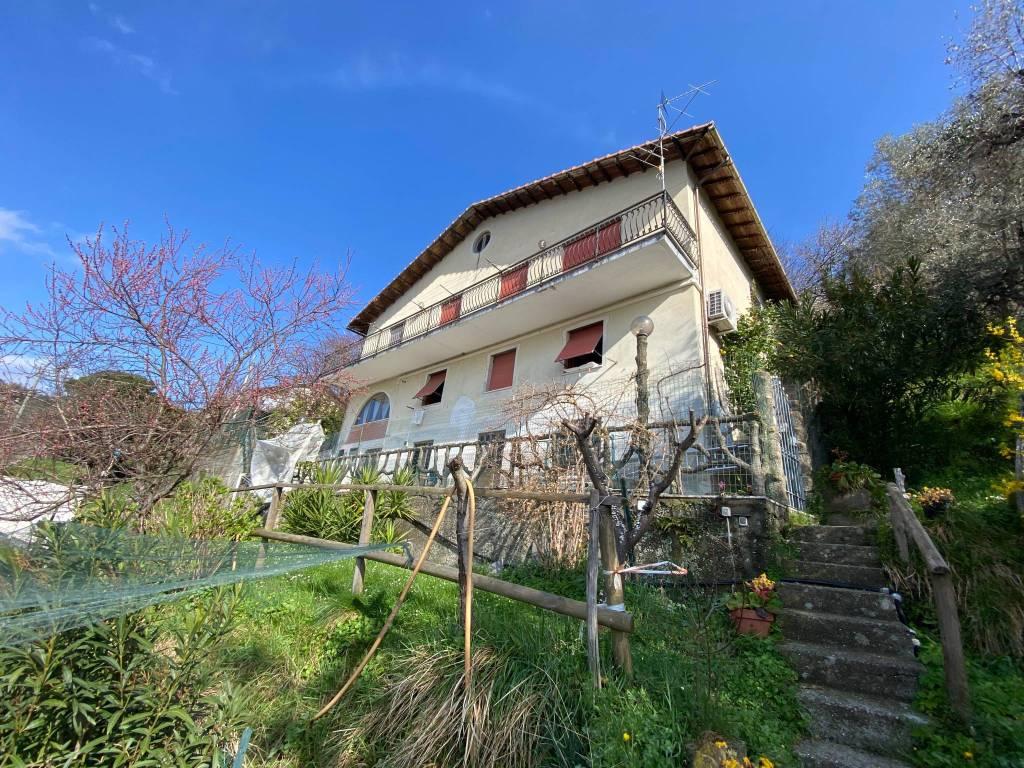 Villa in vendita a Uscio, 7 locali, prezzo € 250.000   CambioCasa.it
