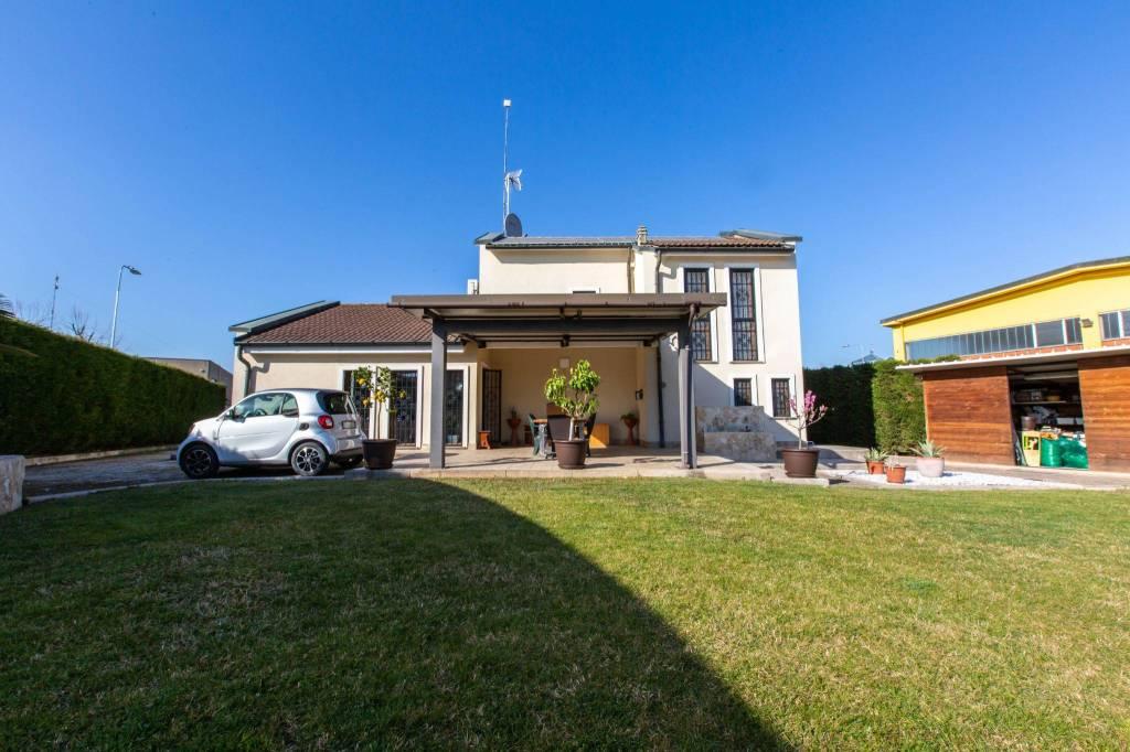Villa in vendita a Casarile, 4 locali, prezzo € 448.000   CambioCasa.it