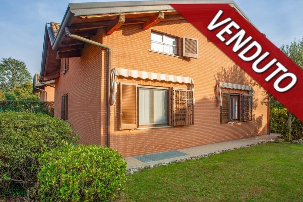 Villa in vendita a Caronno Pertusella, 7 locali, prezzo € 580.000 | PortaleAgenzieImmobiliari.it