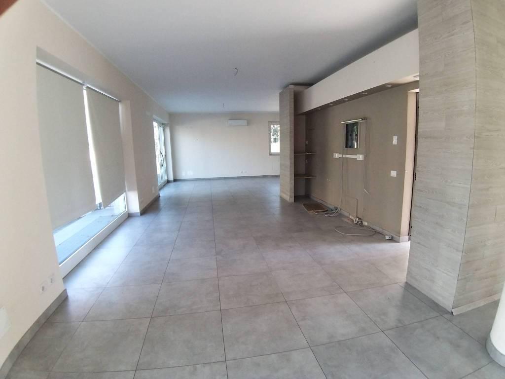 Negozio / Locale in affitto a Olgiate Comasco, 1 locali, prezzo € 1.600 | CambioCasa.it
