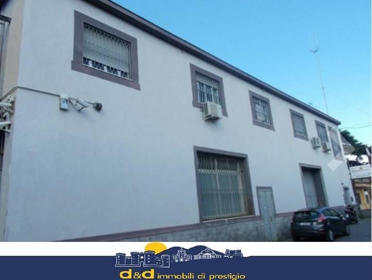 Negozio / Locale in affitto a Napoli, 8 locali, zona Zona: 4 . San Lorenzo, Vicaria, Poggioreale, Zona Industriale, Centro Direzionale, prezzo € 2.500 | CambioCasa.it