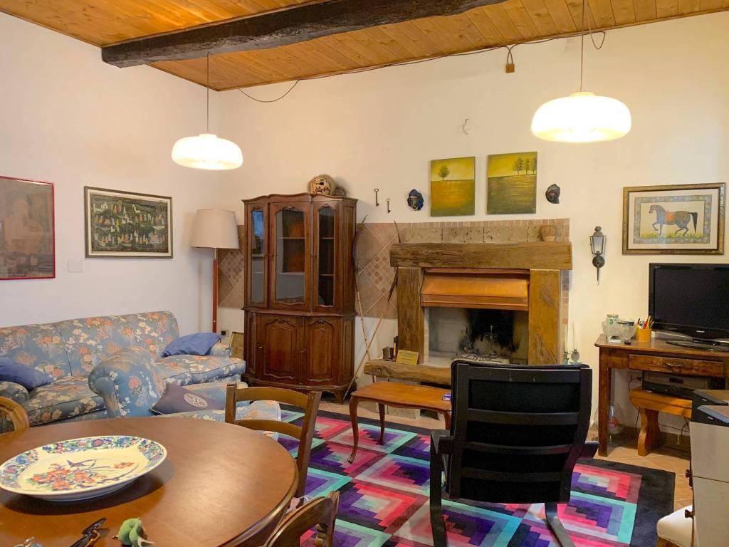 Canino - appartamento ristrutturato con travi in legno