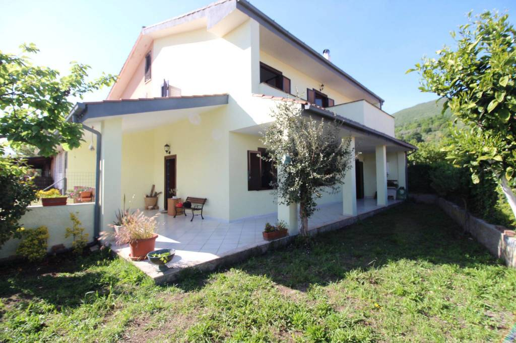 Villa in vendita a Trevignano Romano, 4 locali, prezzo € 265.000   CambioCasa.it