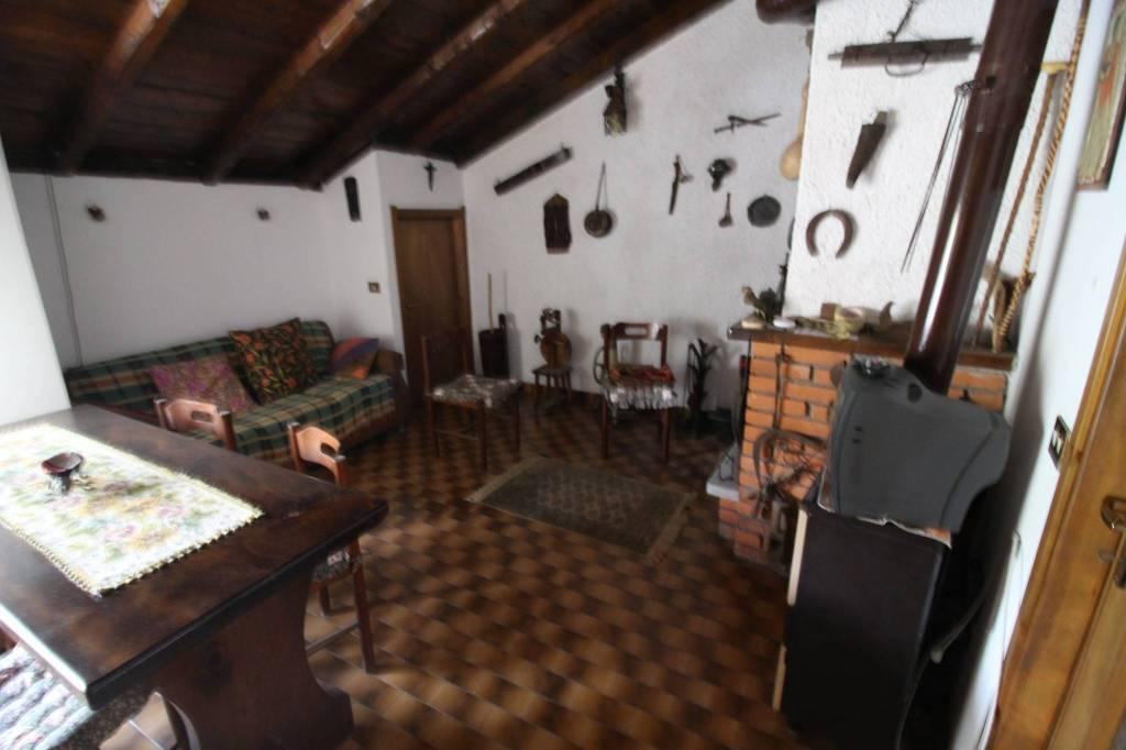 Soluzione Indipendente in vendita a Esino Lario, 10 locali, prezzo € 80.000 | CambioCasa.it