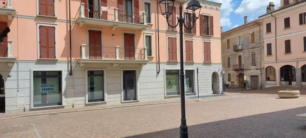 Negozio / Locale in vendita a Arona, 2 locali, prezzo € 350.000 | CambioCasa.it