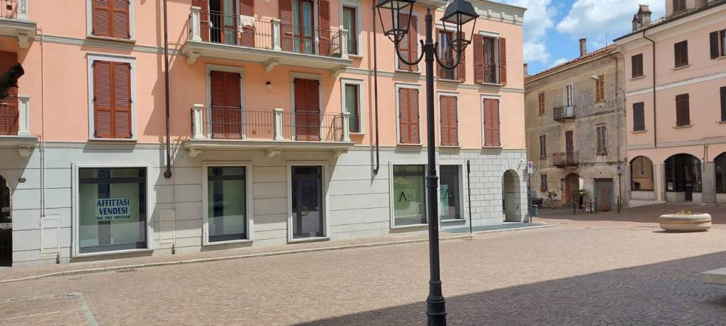Negozio / Locale in affitto a Arona, 2 locali, prezzo € 1.700 | CambioCasa.it