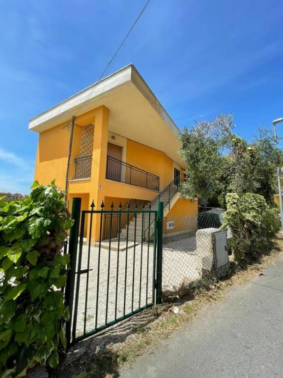 Appartamento in buone condizioni in affitto Rif. 8132548