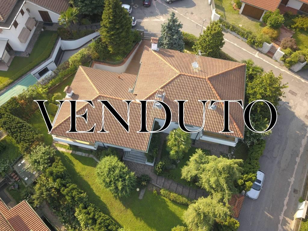 Villa in vendita a Rho, 10 locali, prezzo € 650.000   CambioCasa.it