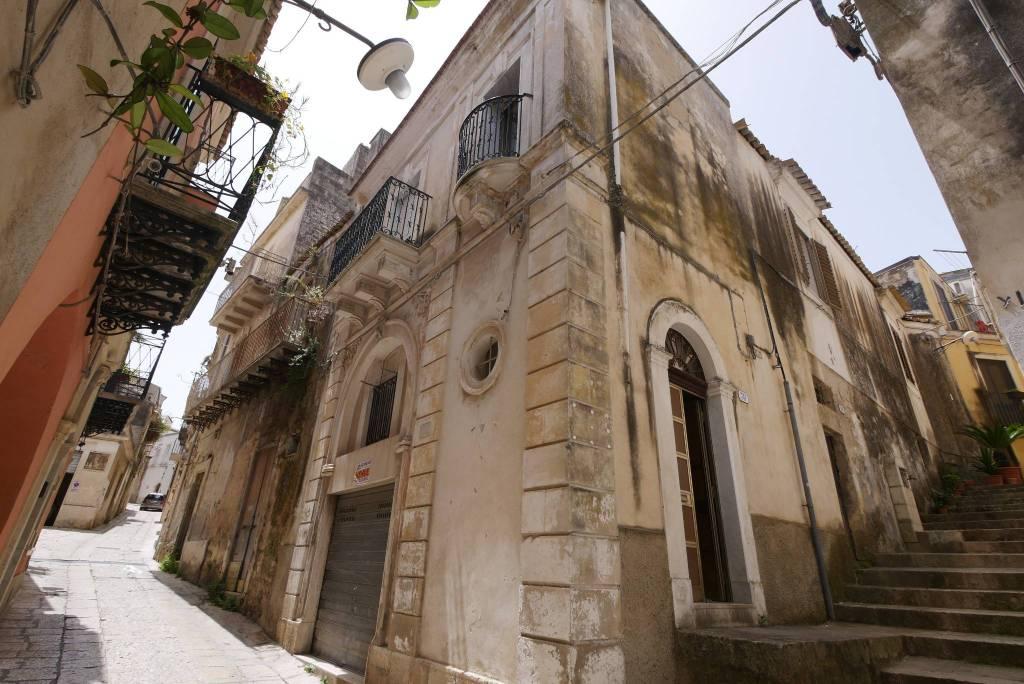 Casa indipendente in Vendita a Ragusa Centro: 5 locali, 237 mq