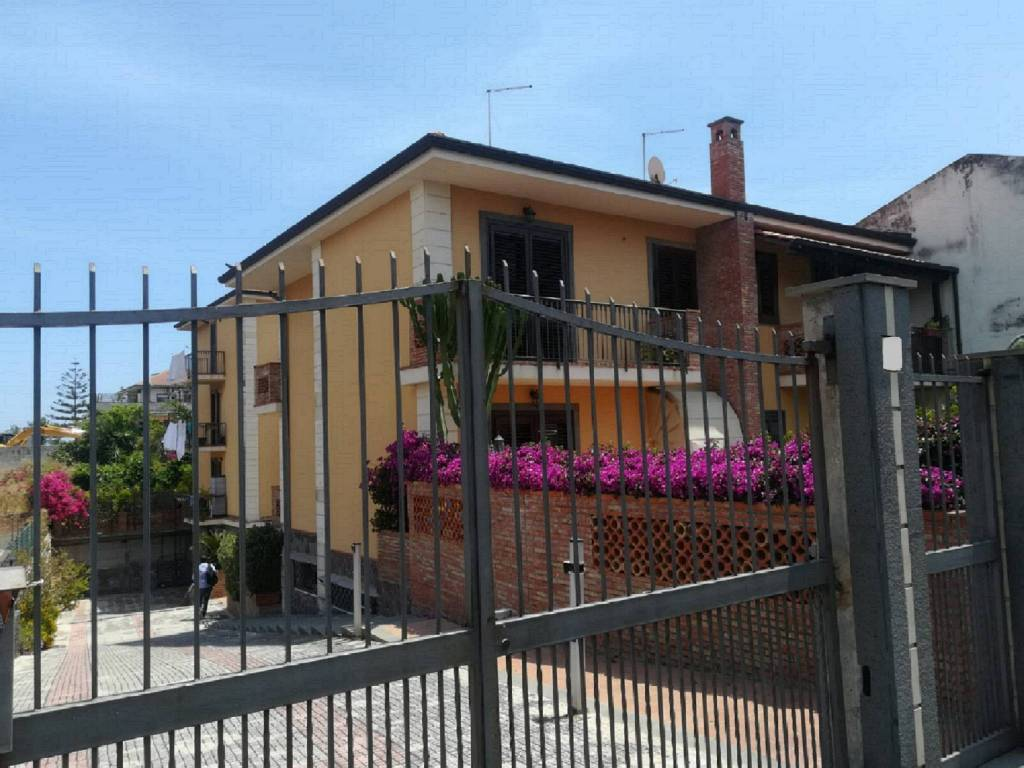 Appartamento di due vani Aci Castello zona Cannizzaro