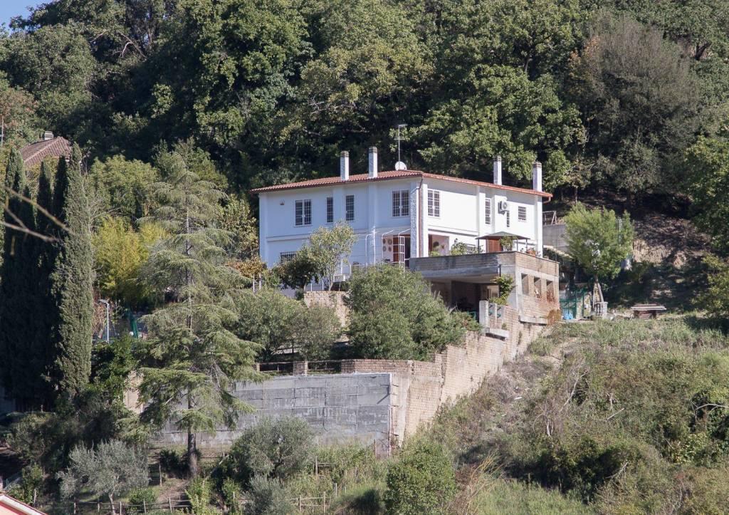 Villa in vendita a Castelnuovo di Porto, 8 locali, prezzo € 450.000 | CambioCasa.it