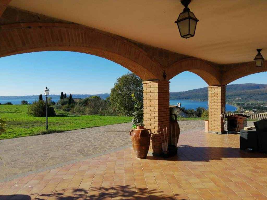 Villa in vendita a Trevignano Romano, 7 locali, prezzo € 980.000   CambioCasa.it