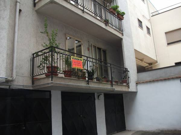 Traversa via Gioia piano rialzato appartamento con box
