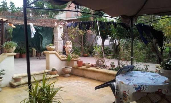 Bonagia- Strada principale indipendente p.t. +1° oltre giardino e garage, vista mare , buone condiz