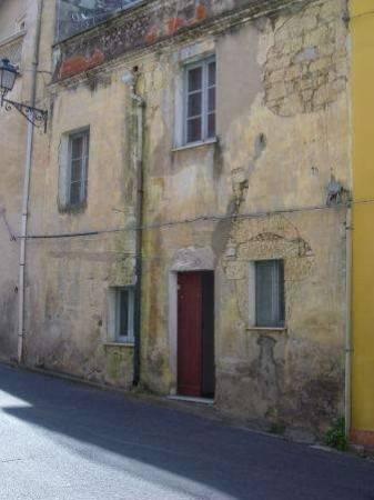 Antica e spaziosa casa da ristrutturare in posizione centrale