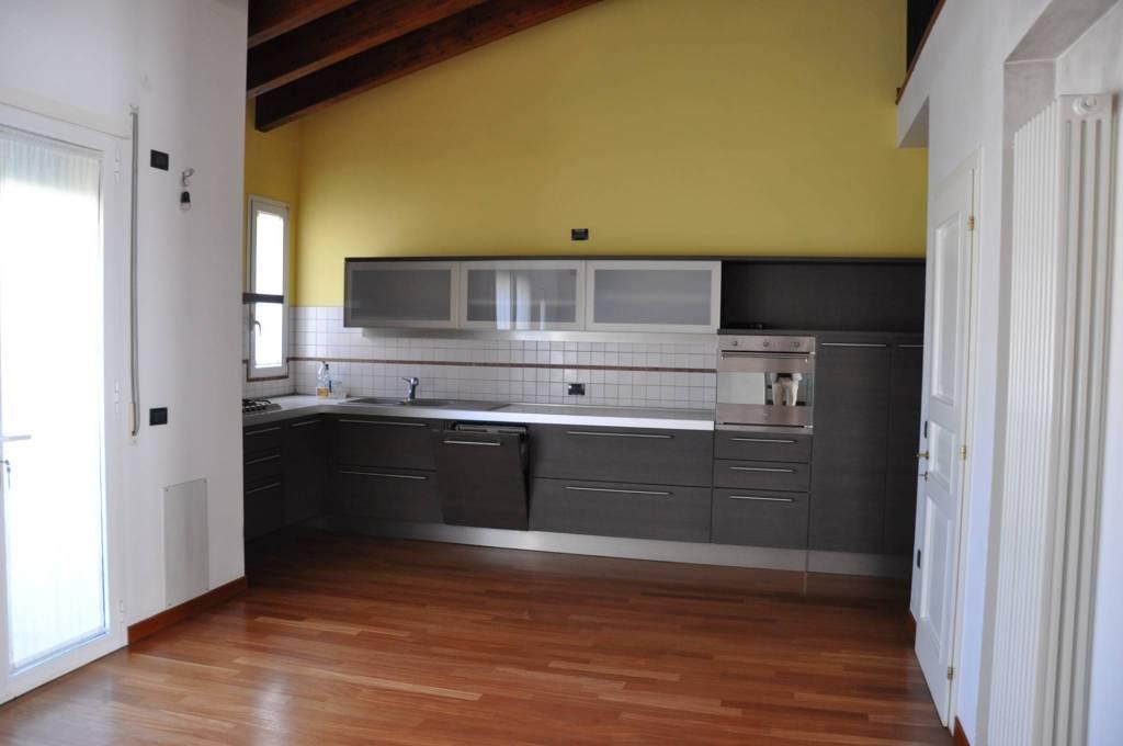 Appartamento in buone condizioni in vendita Rif. 8639657
