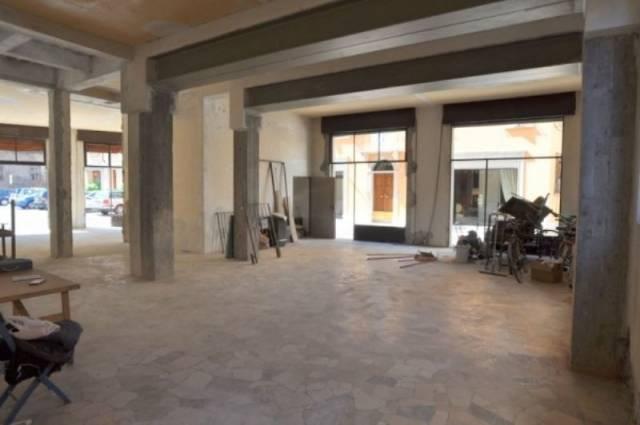 Negozio / Locale in affitto a Mantova, 3 locali, prezzo € 3.000 | CambioCasa.it