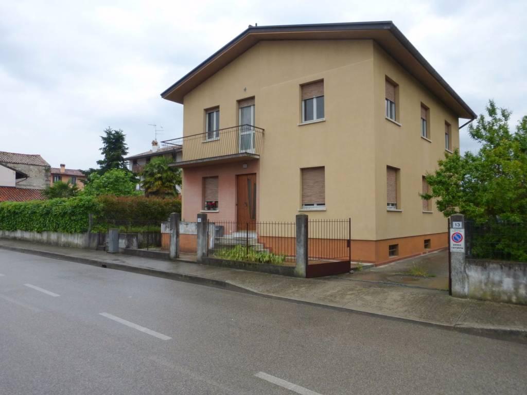 Appartamento in buone condizioni parzialmente arredato in affitto Rif. 9122630