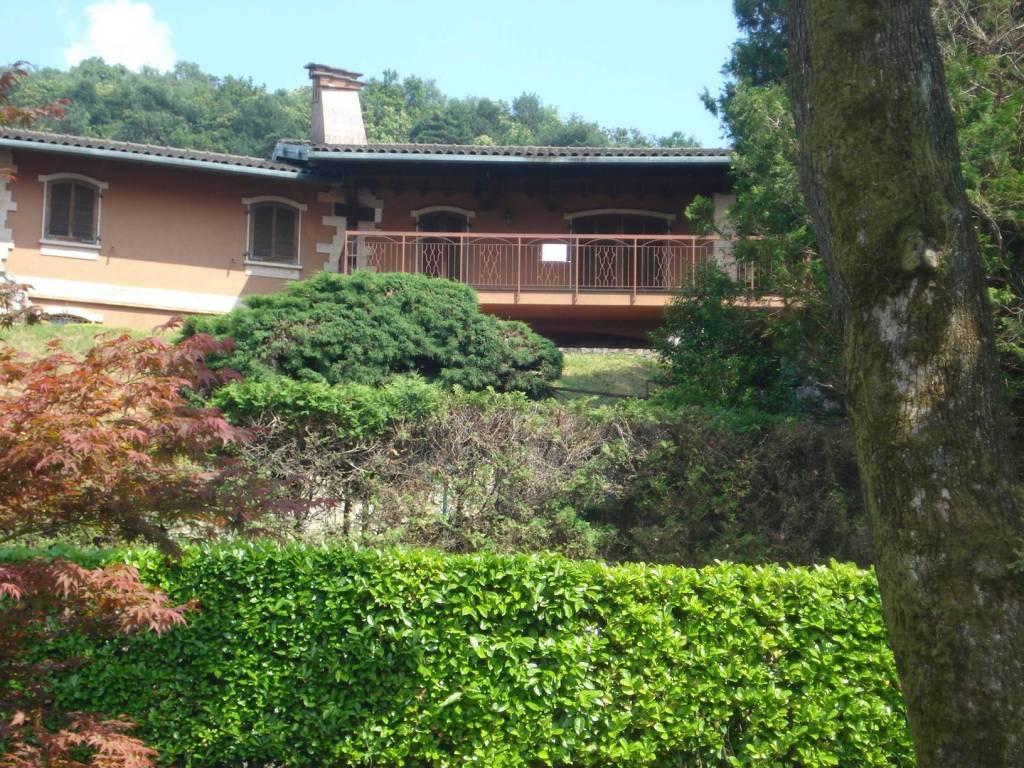 Villa quadrilocale in vendita a Angera (VA)