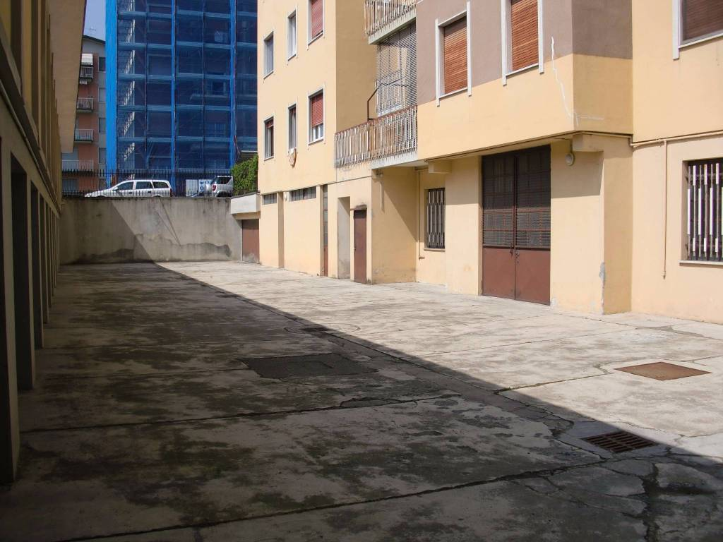Magazzino situato al piano seminterrato di un immobile residenziale