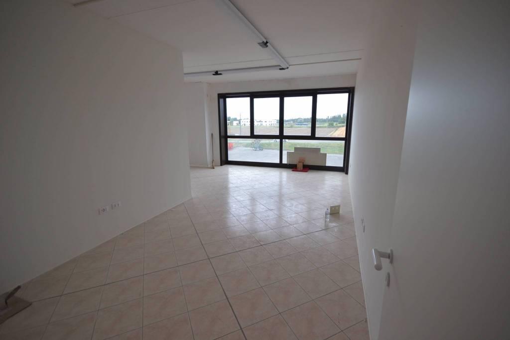 Ufficio-studio in Affitto a Cento: 3 locali, 163 mq
