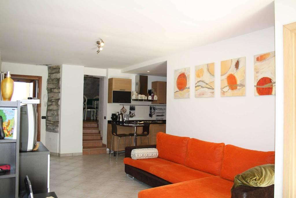 Appartamento in buone condizioni arredato in vendita Rif. 4220986