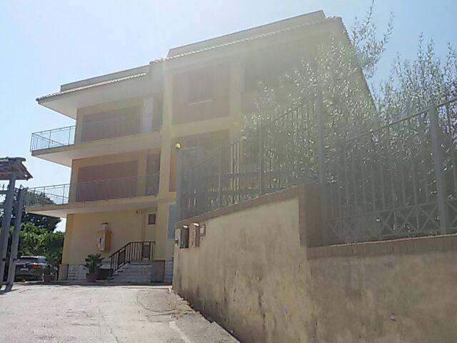 Appartamento in buone condizioni in affitto Rif. 4243071